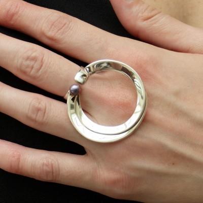 Bague en argent circulaire et double avec perle grise