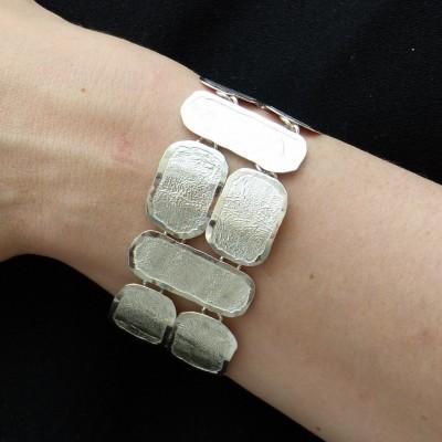 Bracelet en argent fripé formé de rectancles différents poignet large