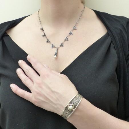 Collier en argent légèrement noirci avec perle nacrée